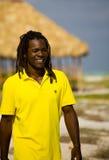 Mens met gele t-shirt in Cuba stock afbeeldingen