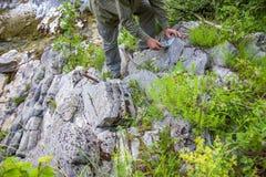 Mens met geologisch kompas stock afbeelding
