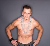 Mens met gepompte spieren royalty-vrije stock afbeelding