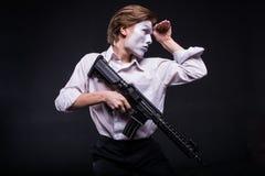 Mens met geweer in handen zoals nabootsen acteur stock foto's