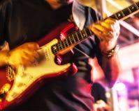 Mens met gitaar Royalty-vrije Stock Foto's