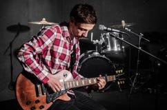 Mens met gitaar Royalty-vrije Stock Afbeelding