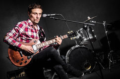 Mens met gitaar Stock Foto's