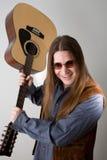 Mens met gitaar en zonnebril Royalty-vrije Stock Foto's