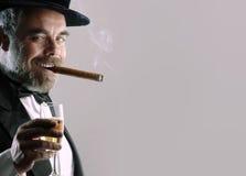 Mens met glas en sigaar Royalty-vrije Stock Fotografie