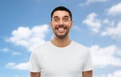 Mens met grappig gezicht over blauwe hemelachtergrond Royalty-vrije Stock Foto