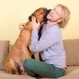 Mens met grote hond Royalty-vrije Stock Foto