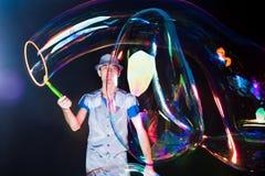 Mens met grote zeepbels Stock Afbeeldingen