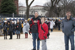 Mens met hand aan hart tijdens Amerikaanse hymne bij Inauguratie o Stock Afbeelding