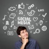 Mens met Hand getrokken illustratie van sociaal media concept Royalty-vrije Stock Afbeeldingen