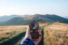 Mens met in hand kompas stock afbeelding