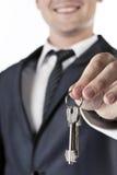 Mens met in hand sleutels Royalty-vrije Stock Afbeeldingen
