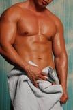 Mens met handdoek Stock Afbeeldingen