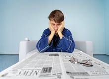 Mens met harde krant - vind een baan royalty-vrije stock foto's