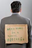 Mens met het Geld van de Behoefte van het kartonteken Stock Fotografie