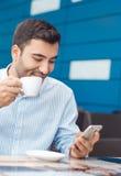 Mens met het mobiele telefoon rusten royalty-vrije stock fotografie