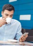 Mens met het mobiele telefoon rusten stock afbeeldingen