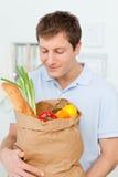 Mens met het shoping van zakken in de keuken Royalty-vrije Stock Foto