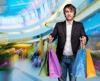Mens met het winkelen zakken Stock Fotografie