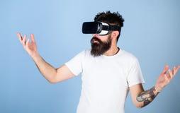 Mens met hipsterbaard in VR-beschermende brillen geïmponeerd door multidimensioneel video, 3D ervaringsconcept Gebaarde mens in i Royalty-vrije Stock Afbeeldingen