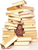 Mens met hoofd tussen boeken op een witte achtergrond royalty-vrije stock afbeelding