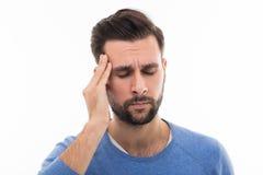 Mens met hoofdpijn royalty-vrije stock afbeeldingen