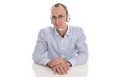 Mens met hoofdtelefoon die in een geïsoleerd call centre werken -. Royalty-vrije Stock Fotografie