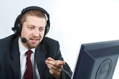 Mens met hoofdtelefoon die monitor toont Royalty-vrije Stock Afbeelding