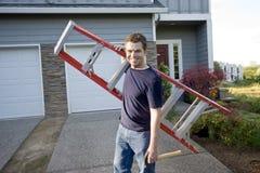 Mens met Horizontale Ladder en Hamer - Stock Afbeelding