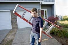 Mens met Horizontale Ladder en Hamer - Royalty-vrije Stock Foto
