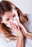 Mens met hygiënisch weefsel stock afbeelding