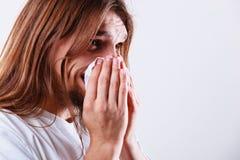 Mens met hygiënisch weefsel stock foto