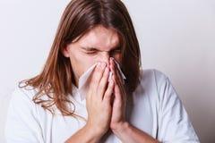 Mens met hygiënisch weefsel royalty-vrije stock foto