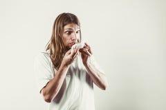 Mens met hygiënisch weefsel stock foto's