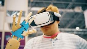 Mens met innovatief cybernetisch systeem vandaag De spelindustrie en motie het volgen in cyberspace 360 graadvideo en stock video