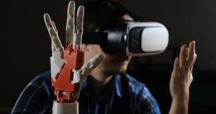 Mens met innovatief cybernetisch systeem vandaag De spelindustrie en motie het volgen in cyberspace 360 graadvideo en
