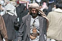 Mens met janbiya in de oude stad van Sanaa (Yemen). Stock Afbeelding