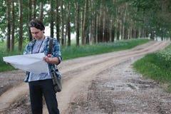 Mens met kaart op een gebied stock afbeeldingen