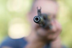 Mens met Kalashnikovgeweer Stock Afbeelding