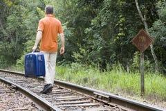 Mens met koffer op spoorweg stock foto