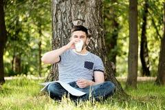 Mens met koffie in park royalty-vrije stock fotografie