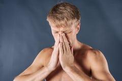 Mens met koude en griepziekte die aan een hoofdpijn lijden royalty-vrije stock afbeeldingen