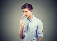Mens met lange neus Leugenaarconcept Menselijke emoties, gevoel stock afbeelding