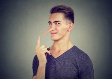 Mens met lange neus Leugenaarconcept Menselijke emoties, gevoel royalty-vrije stock foto's