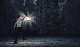 Mens met lantaarn stock afbeeldingen