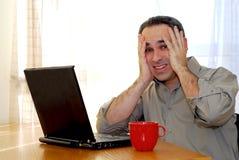 Mens met laptop Stock Afbeeldingen