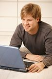 Mens met laptop Stock Foto