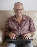 Mens met laptop Royalty-vrije Stock Afbeelding