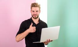 Mens met laptop de werken als smm deskundige Manager die van de kerel de modieuze moderne verschijning inhoud voor sociale netwer royalty-vrije stock fotografie
