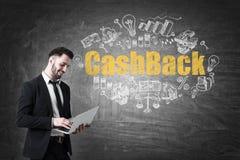 Mens met laptop en contant geld terug op bord Royalty-vrije Stock Fotografie